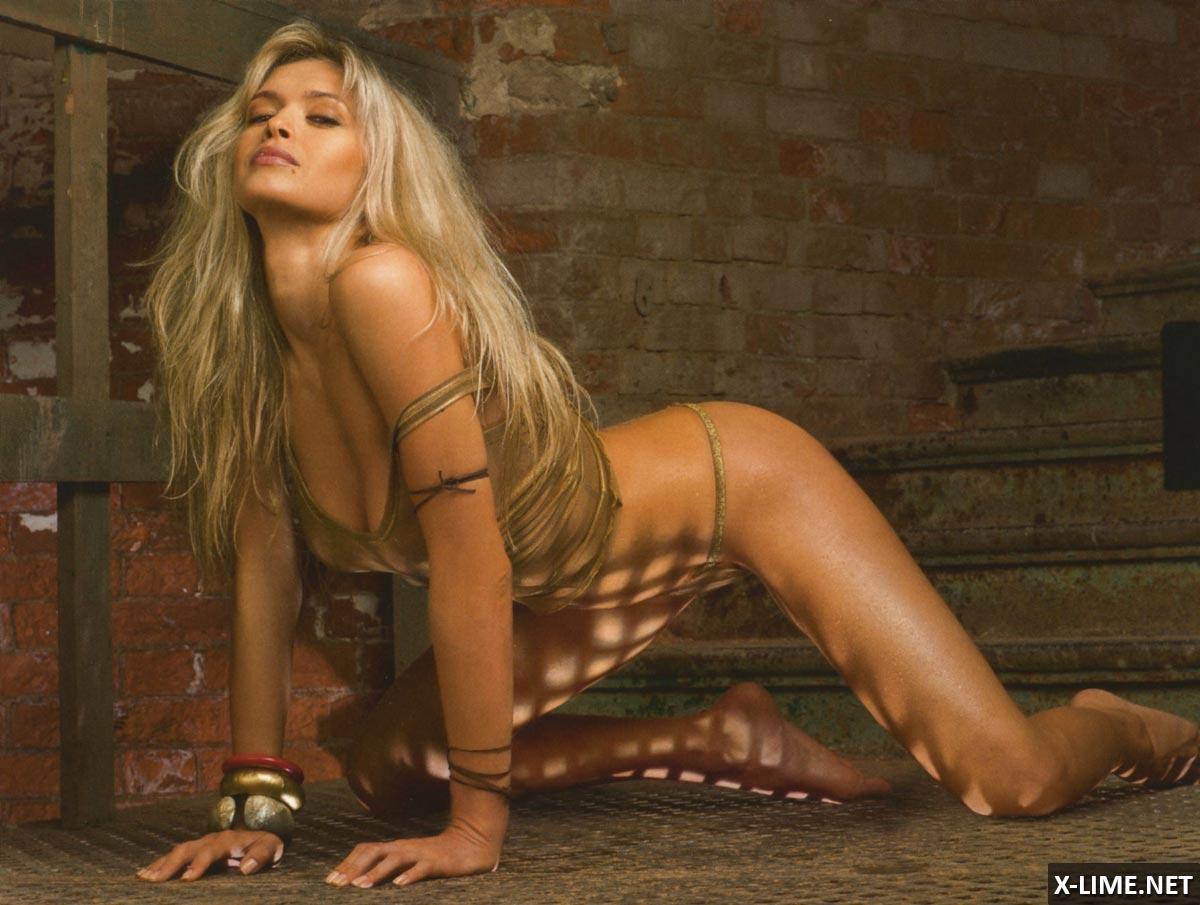 Обнаженная Вера Брежнева в эротической фотосессии MAXIM