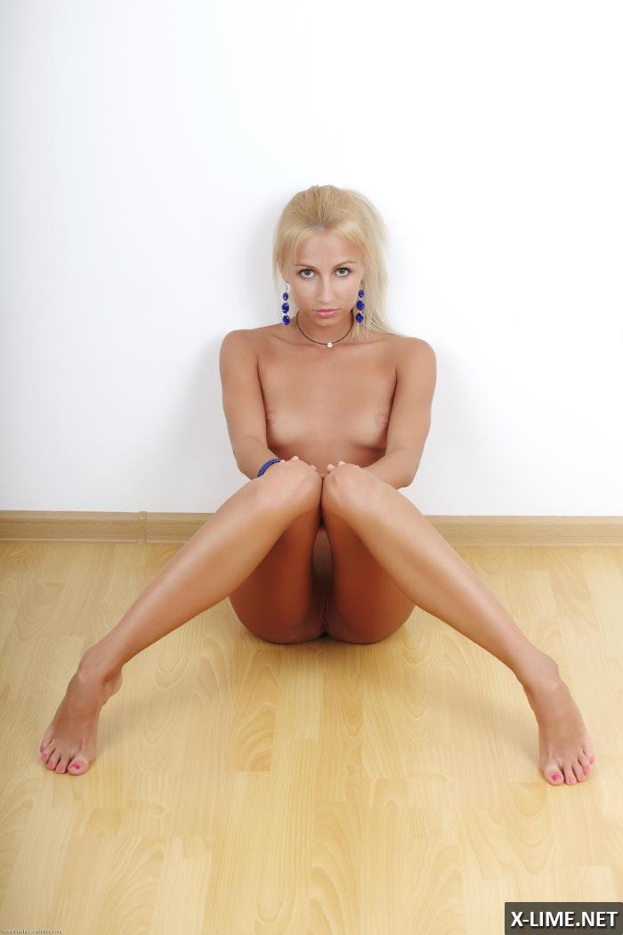 Обнаженная блондинка в откровенной фотосессии