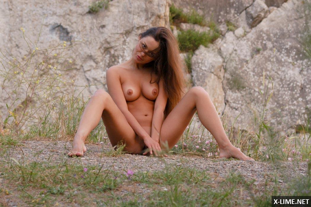 Голая шатенка на природе, эротическая фотосессиия
