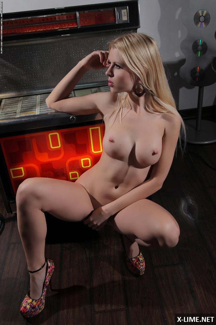 Эротические фото сексуальной блондинки