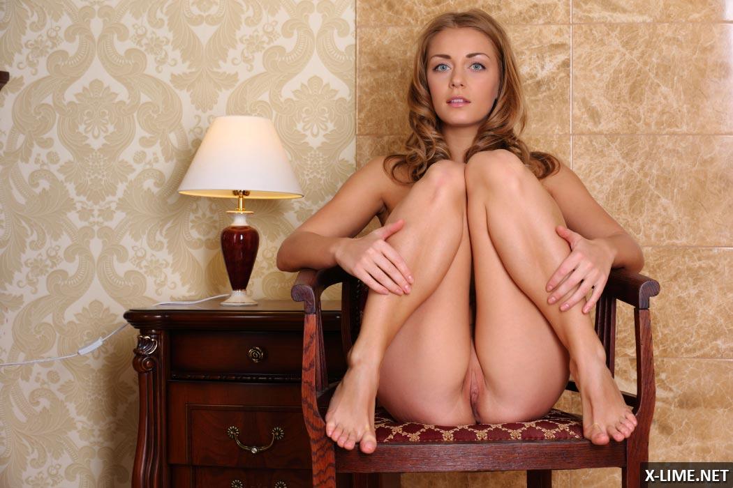 Обнаженная девушка в ванной показала свою киску