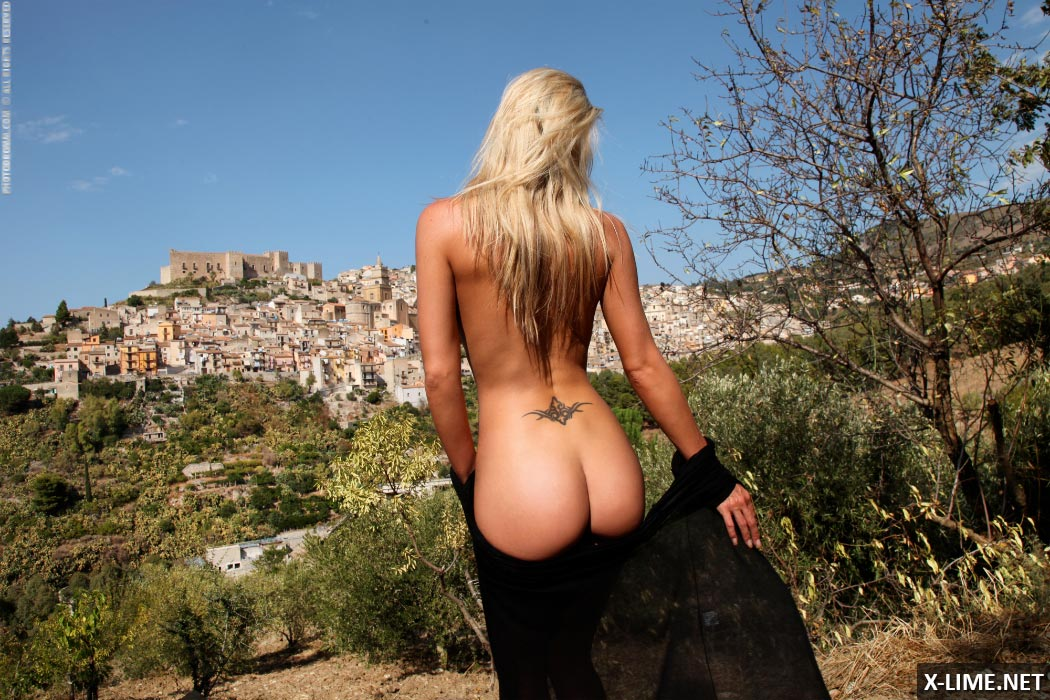 Красивая блондинка с большими сиськами