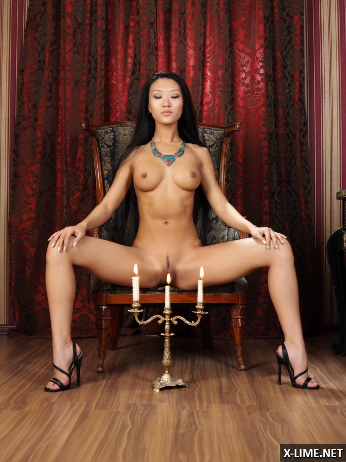 Азиатка показала киску крупным планом