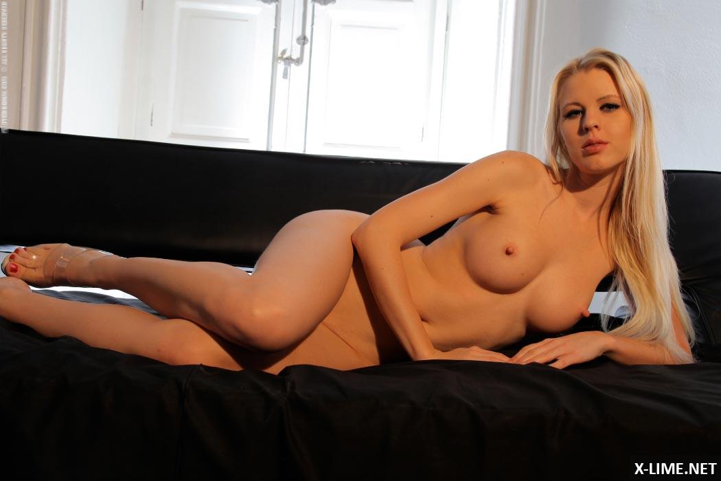 Сексуальная блондинка с большими сиськами