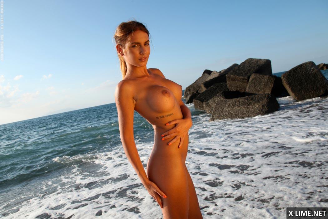 Худенькая с большими сиськами на пляже