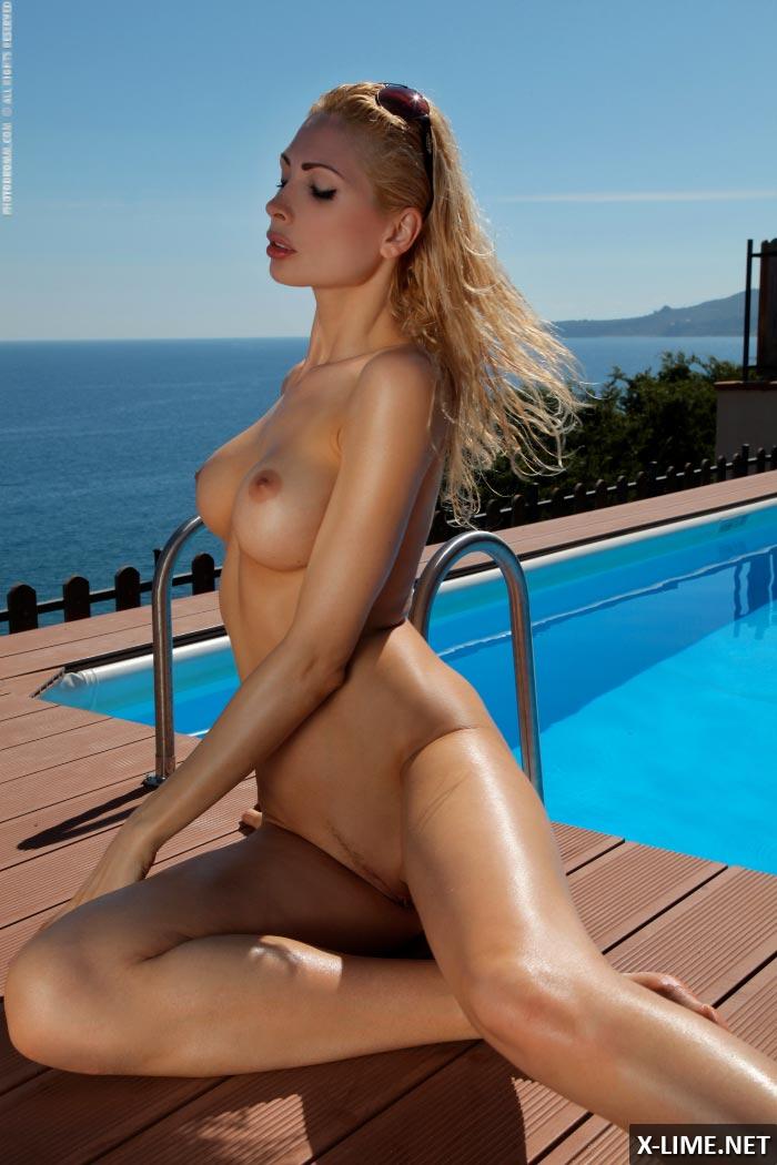 Голая сисястая блондинка в бассейне