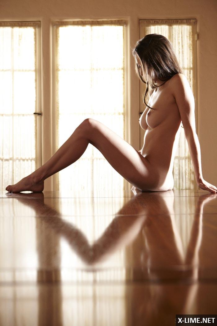 Грудастая девушка мастурбирует на столе