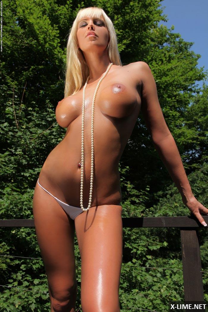 Голая блондинка с огромными сиськами