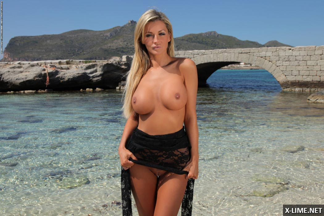 Голая блондинка с большими сиськами на пляже