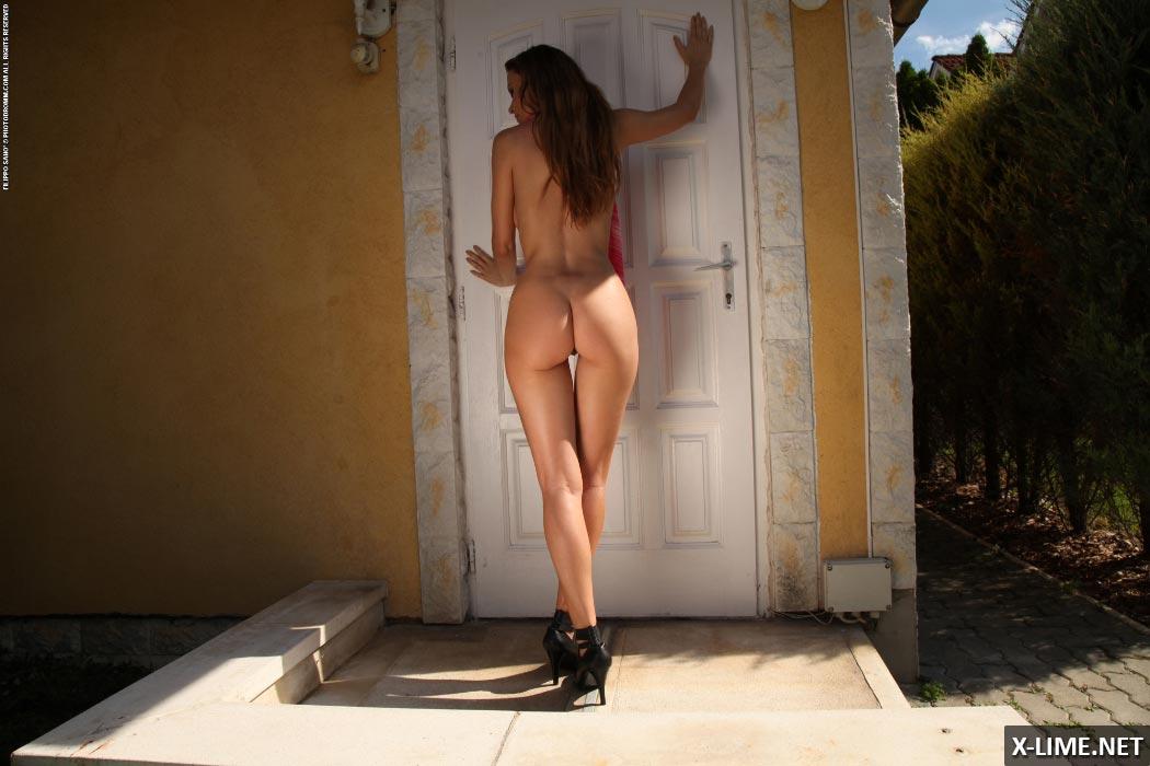 Худенькая с большими сиськами на заднем дворе