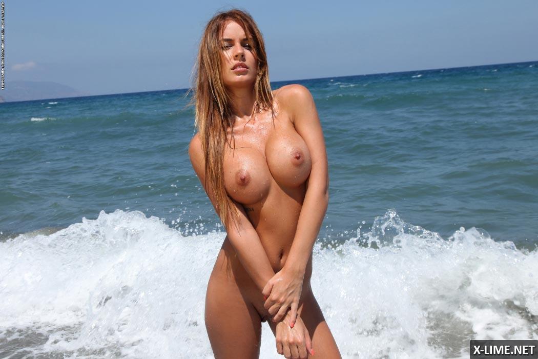 Грудастая девушка на пляже