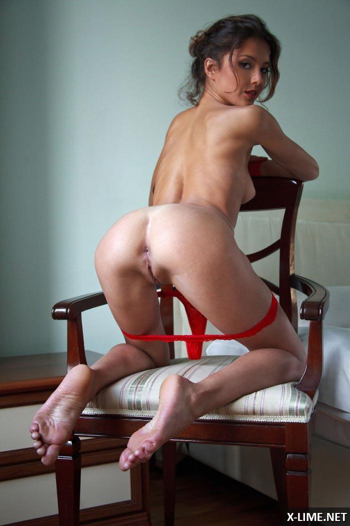 Худая девушка с маленькой грудью на кресле