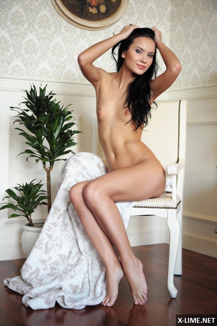 Худенькая девушка мастурбирует на стуле