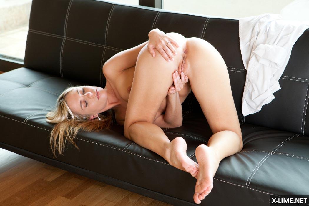 Молодая блондинка мастурбирует на диване