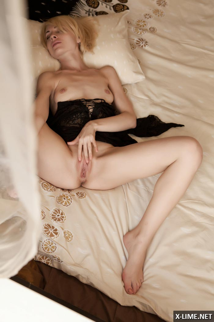 Симпатичная блондинка ласкает киску
