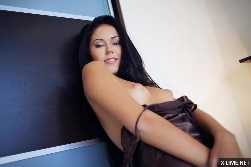 Красивая девушка мастурбирует крупным планом