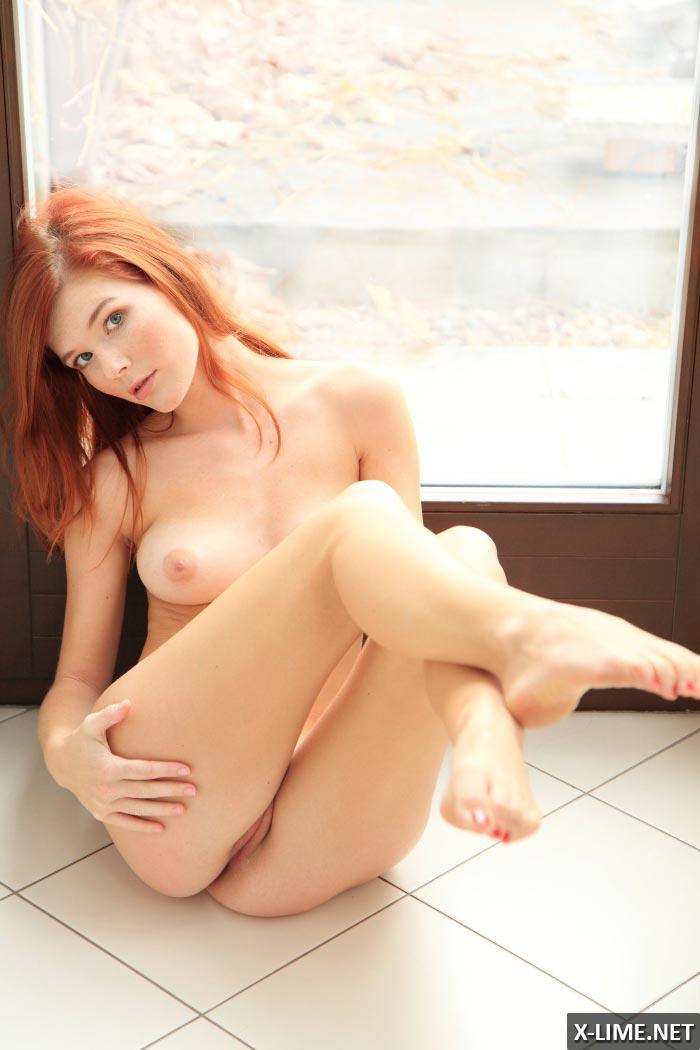 Красивая рыжая мастурбирует на подоконнике