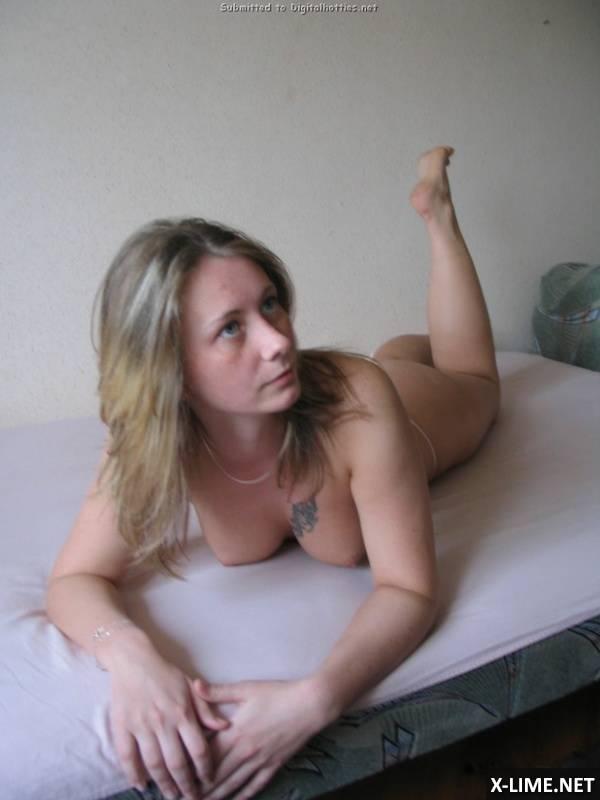 Девушка с татуировкой плейбой на сиське