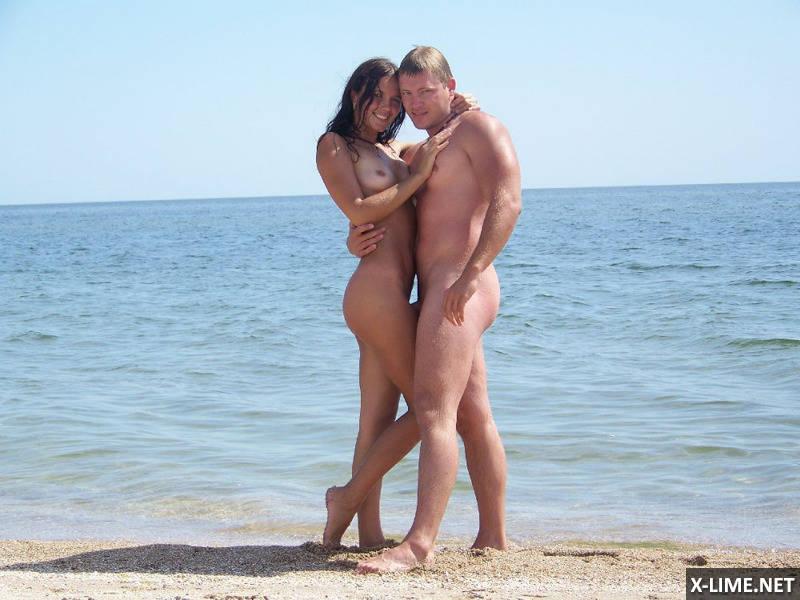 Молодая пара нудистов на пляже (12 ФОТО)